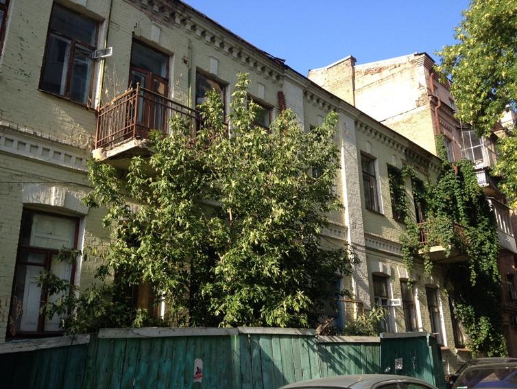 Трьохкімнатна квартира загальною площею 80,1 кв.м, житловою –  45,2 кв.м,  що знаходиться в м.Київ, вулиця Гончара Олеся, будинок 32в, квартира 33; РНОНМ 2719580000